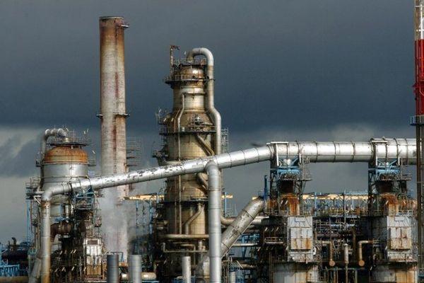 La raffinerie Total de Donges a été contrainte de réduire son activité le 3 octobre 2013 après avoir dépassé le seuil de dioxyde de soufre dans l'air de300 µg/m³