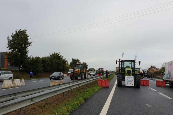 Les agriculteurs ont mis en place un barrage filtrant à Bréal-sous-Montfort (Ille-et-Vilaine)