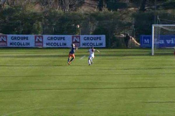 Marie-Charlotte Léger a contrôlé de la tête avant de marquer un superbe but. Mais trop tard pour éviter la défaite du MHSC face au PSG - 17/01/2016