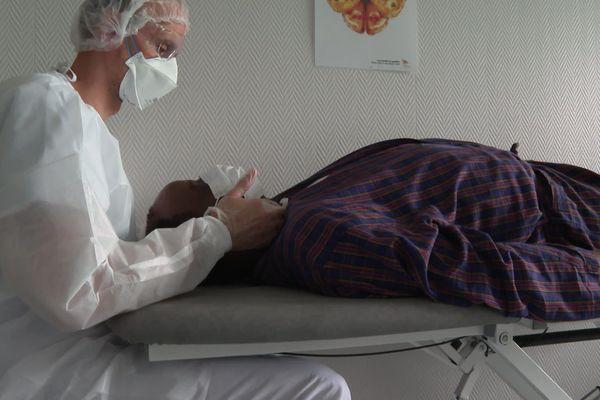 Des massages pour assouplir le larynx