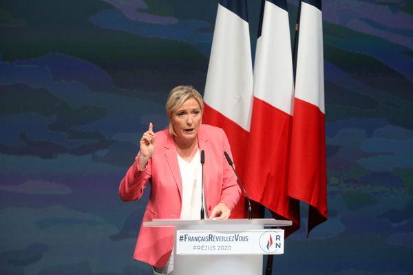 """À Fréjus, Marine le Pen lance """"Français, réveillez-vous"""""""