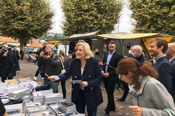 Marine Le Pen, en compagnie d'Alexis Jolly, responsable départemental du Rassemblement National, sur le marché de La Tour du Pin ce mardi matin.