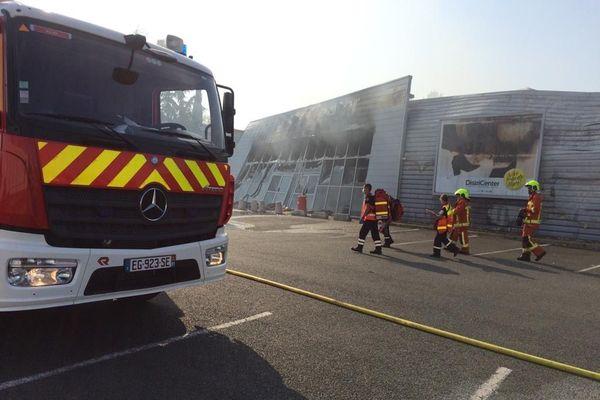 Le feu s'est déclaré à 15H dans le magasin Districenter pour une raison encore inconnue