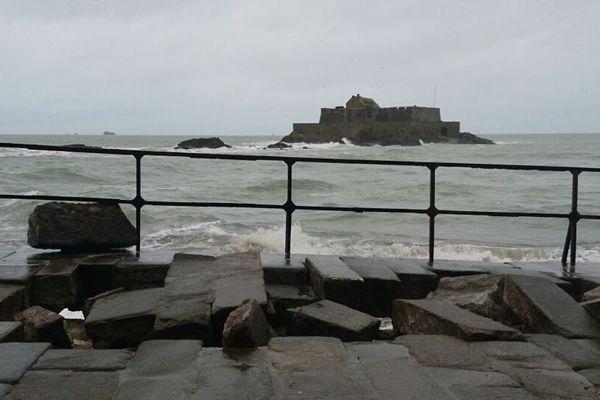 À Saint-Malo, la digue a subit les foudres de la tempête Eleanor
