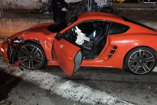 La Porsche qui a heurté le véhicule de police, alors qu'elle roulait à contre-sens et le véhicule des forces de l'ordre voulait le stopper. 18 novembre 2020