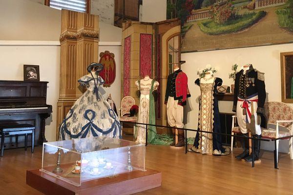 Dans le musée sont présentés aussi bien du mobilier, des costumes que des décors.