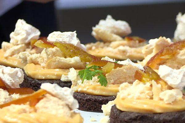 La tarte au chocolat et à l'orange sanguine, meringue au poivre que le chef périgourdin Maxime Lebrun propose ce jour-là au menu de sa cabane des restaurateurs sur une place de Sarlat alors que son établissement est fermé