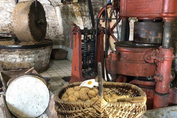 Panier de noix des frères Castagné dans leur moulin de Martel dans le Lot.