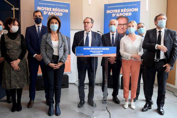Renaud Muselier entouré des poids lourds de la droite locale lors de sa conférence de presse.
