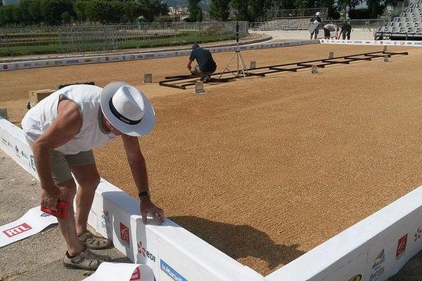 Les terrains sont méticuleusement préparés avant l'arrivée des 12 336 joueurs, dimanche 6 juillet.