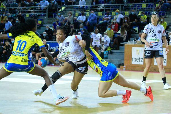 La Brestoise Pauletta Foppa aux prises avec la défense messine lors du match aller de la finale de LFH ce mercredi à Metz