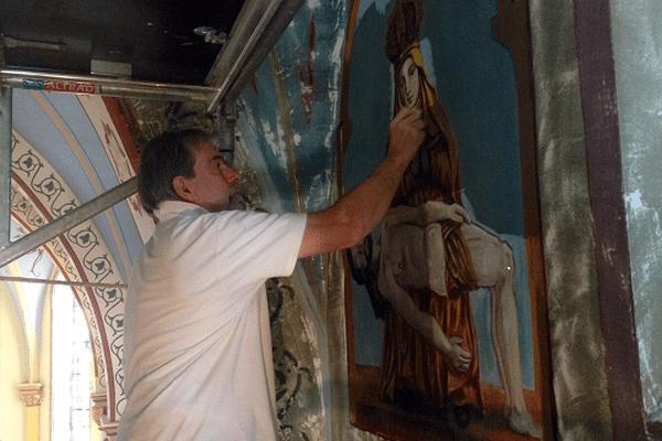 Depuis plusieurs mois, Alain Paul Denoyelle, peintre décorateur, et son équipe sont à pied d'oeuvre. Ils travaillent à redonner tout son éclat à la décoration des fresques de l'église de Quézac, dans le Cantal.