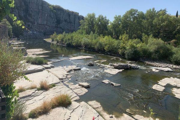 L'Ardèche à Vogüe, la rivière n'est plus navigable