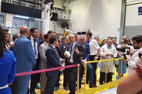 Jean-Yves Leccia, directeur général de corse Composites Aéronautiques, en Tunisie, devant la nouvelle machine 5Axes