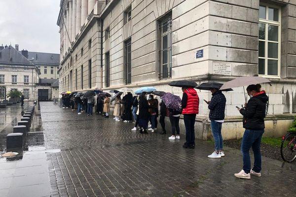 Il pleut au 3e jour du procès Lelandais, ce qui ne décourage le public venu encore nombreux.