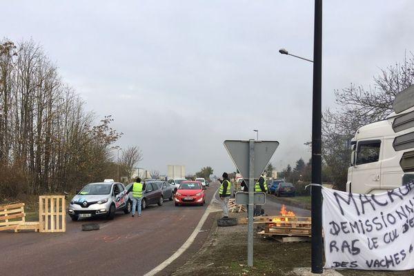 """Des """"gilets jaunes"""" maintiennent un barrage filtrant au rond-point de Jonches, dans l'Yonne, mardi 20 novembre 2018."""