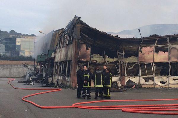 14/12/14 - Des fumées s'échappent encore de l''établissement Les Glacières d'Ajaccio ravagé par un incendie depuis samedi après-midi