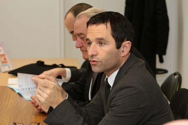Benoit Hamon participe à une réunion avec des demandeurs d'emploi