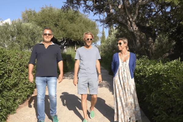 Arnaud est entouré par Stéphane Laurent et Natacha Schoppe qui vont lui_ faire découvrir un Maroc authentique et attachant.