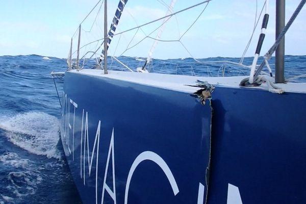 Une vue du bateau endommagé de Thomas Ruyant.