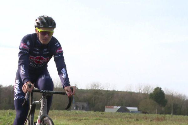 Antoine Benoist, double champion de France espoirs de cyclo-cross, à l'entraînement sur les routes costarmoricaines.