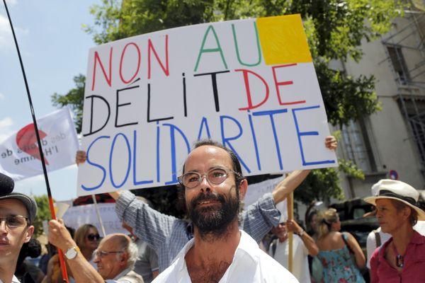 Cédric Herrou à Aix-en-Provence, au milieu de ses soutiens