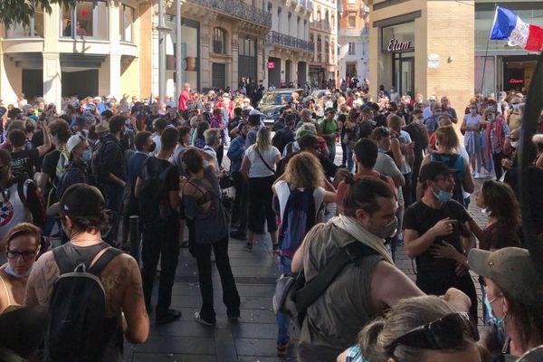 Plusieurs centaines de manifestants ont investi le Square Charles De Gaulle, après la place Jean Jaurès ce samedi 12 septembre.
