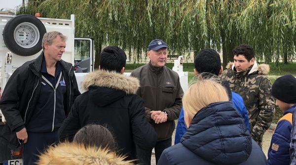 Au centre, Éric Delforge ancien directeur du CLJ explique aux enfants leurs missions. À sa gauche, l'actuel président Frédéric Colling. / Lac du Der/ Mercredi 23 octobre