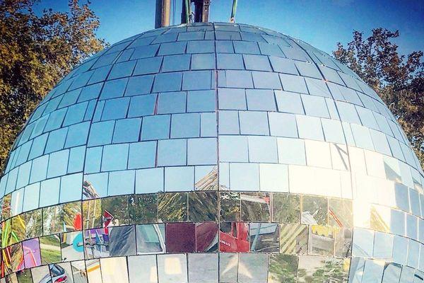 La plus grosse boule à facettes installée au Havre au Ouest Park Festival.