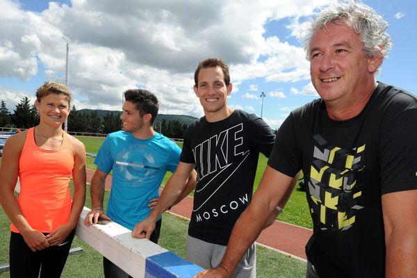 Marion Lotout, Valentin Lavillenie et Renaud Lavillenie, (De gauche à droite) les 3 athlètes sélectionnés pour les mondiaux de Moscou en Saut à la perche, avec leur entraîneur Philippe d'Encausse.