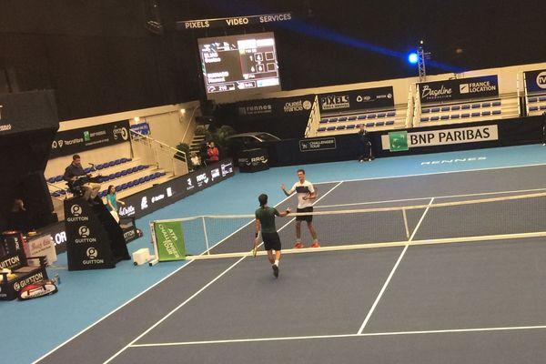 Pendant l'Open de tennis de Rennes, Manuel Guinard salue son adversaire