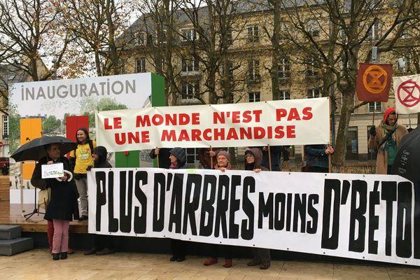 Des manifestants perturbent l'inauguration des aménagements urbains réalisés sur la place de la République dans le centre-ville de Caen le 23 novembre 2019.