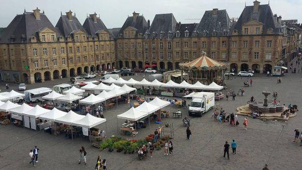 Le marché des producteurs de pays, lorsqu'il est installé en centre-ville, place Ducale à Charleville-Mézières
