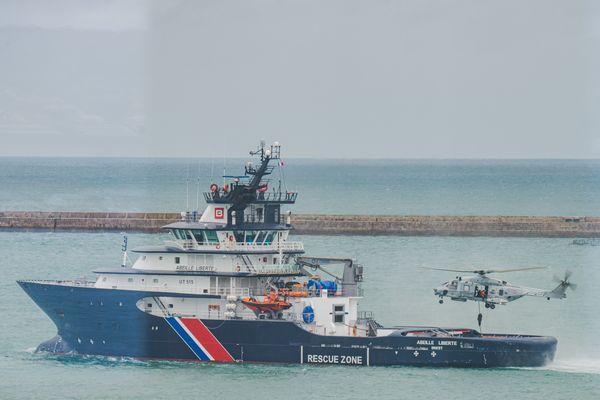 L'Abeille Liberté basée à Cherbourg est comme l'Abeille Bourbon, basée à Brest : un remorqueur d'intervention, d'assistance spécialisé. Il est réquisitionné par le Préfet Maritime.