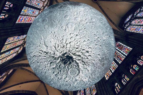 Museum of the Moon, une Lune de 7 mètres de diamètres à découvrir du 3 au 13 juin dans la cathédrale de Strasbourg.
