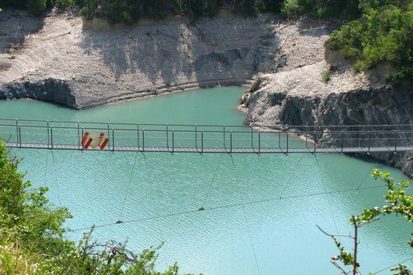 La passerelle métallique de l'Ebron sur le lac de Monteynard-Avignonet.