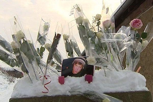 En souvenir de Pierre, les roses des lycéens sur le lieu du drame - 3 décembre 2010