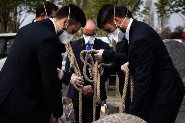 Illustration / Depuis le début de l'épidémie, les enterrements n'ont plus le même visage...