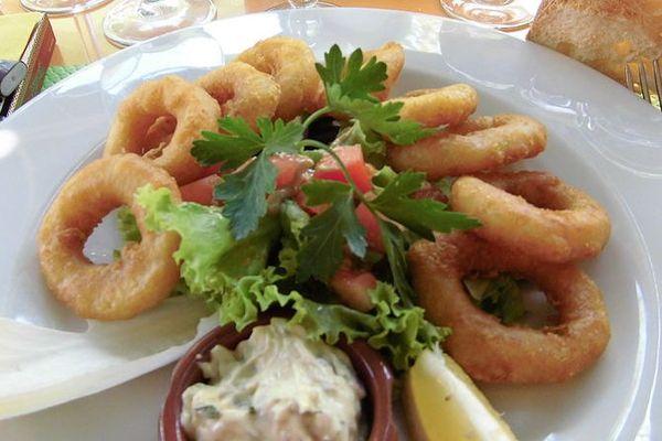 Un plat de calamars frits.
