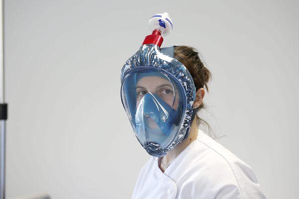 Un masque de plongée Décathlon adapté pour la protection des soignants face au Covid-19.