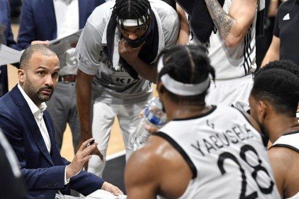 (Illustration) le coach Terence Parker et ses joueurs