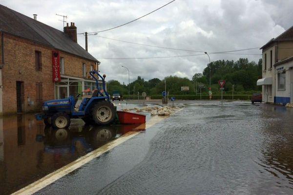 Dans la commune de Clémont, située au nord du département et traversée par la Sauldre, l'entrée de la ville était sous les eaux mercredi matin (1er juin 2016).