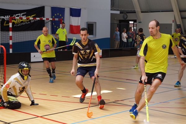 L'équipe des Salamandres lors du tournoi international de floorball face à St Lô.