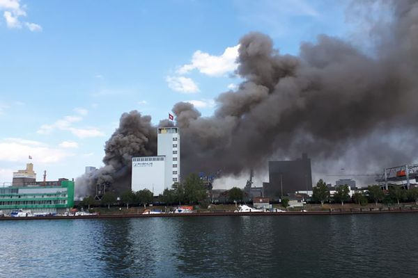 Une épaisse colonne de fumée s'épaissit au-dessus de Bâle.