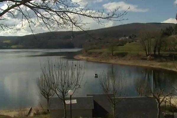 Le lac du Laouzas créé par le barrage attire chaque année des milliers de touristes