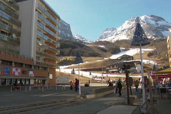 L'esplanade du Valentin, au coeur de la station de Gourette, reste ouverte au public
