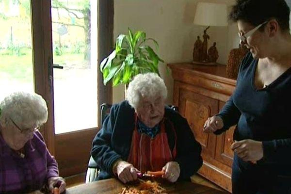 Béatrice (à droite) accueillante familiale à Souesmes (Loir-et-Cher) et ses deux pensionnaires