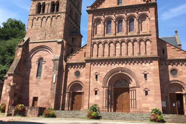 L'église Saint-Pantaléon de Gueberschwihr, visible de loin, est devenue l'emblème du village.