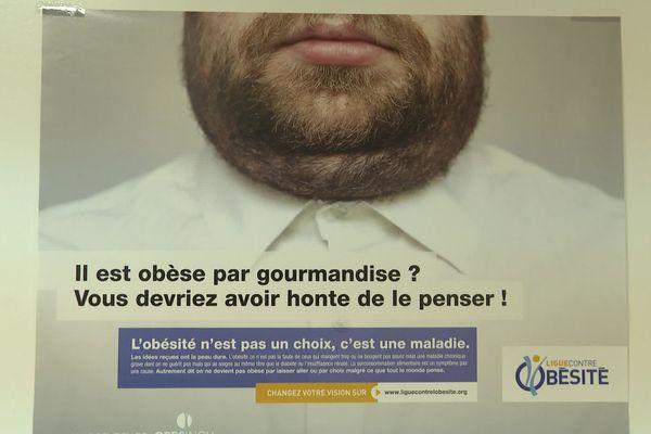 """Affiche de la ligue contre l'obésité pour lutter contre la culpabilisation des malades et la """"grossophobie"""" de la société - décembre 2020"""
