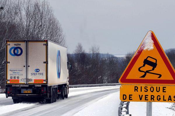 Météo France a émis un bulletin d'alerte et placé le Puy-de-Dôme, la Haute-Loire et le Cantal en vigilance jaune neige verglas.